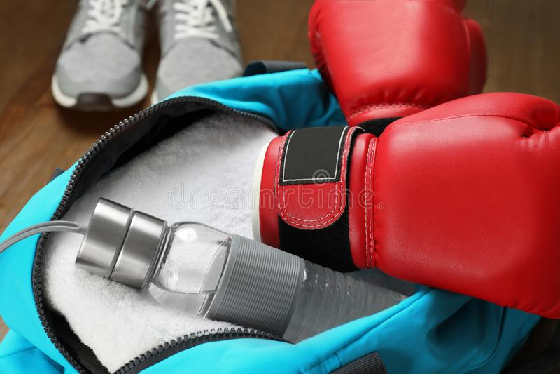 Öppen sportpåse med idrottshallutrustning, arkivfoton