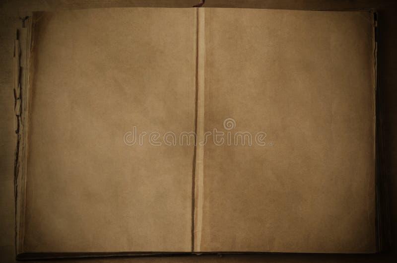 Öppen tappningbok med tomma sidor arkivbilder