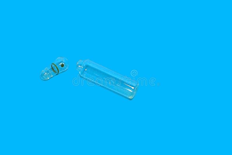 Öppen tom ampull på en blå bakgrund Begrepp: hälsa medicinsk vård arkivfoto