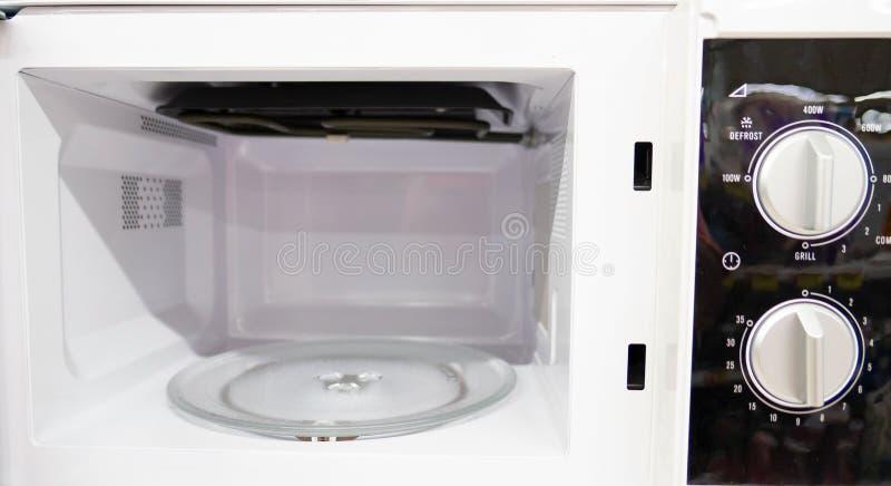 Öppen tom ny microwaveÂ, inom av mikrovågugnen royaltyfri fotografi