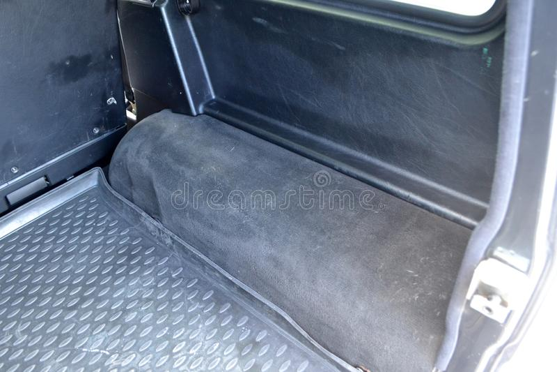 Öppen tom sidodel av stambågen av en bilsuvnärbild, når tvätt och att ha dammsugit med ett rent mattt av specialt svart material royaltyfria bilder