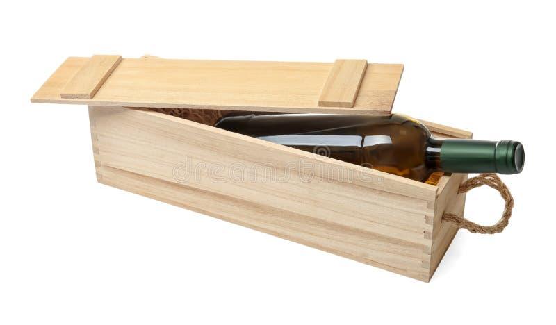 Öppen träspjällåda med flaskan av vin som isoleras på arkivfoton