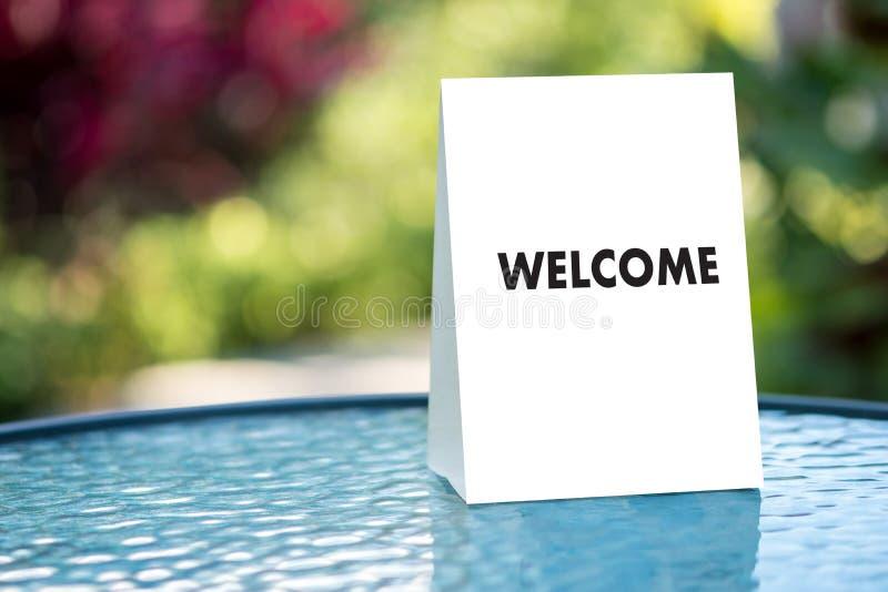 Öppen välkomnande för VÄLKOMMEN begreppskommunikationsaffär till laget fotografering för bildbyråer