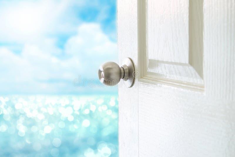 Öppen vit dörr till havssikten för Hello sommarbegrepp royaltyfri fotografi