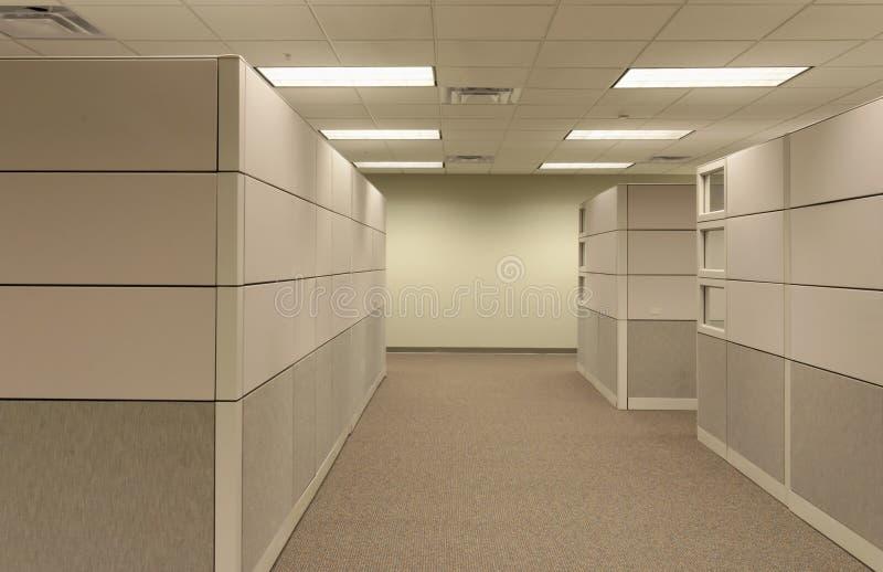 öppen workspace för beige kubikgeneriskt kontor royaltyfri fotografi