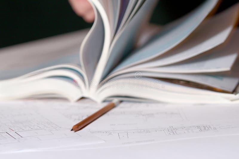 öppet blyertspennaplan för arkitektonisk bok royaltyfri bild