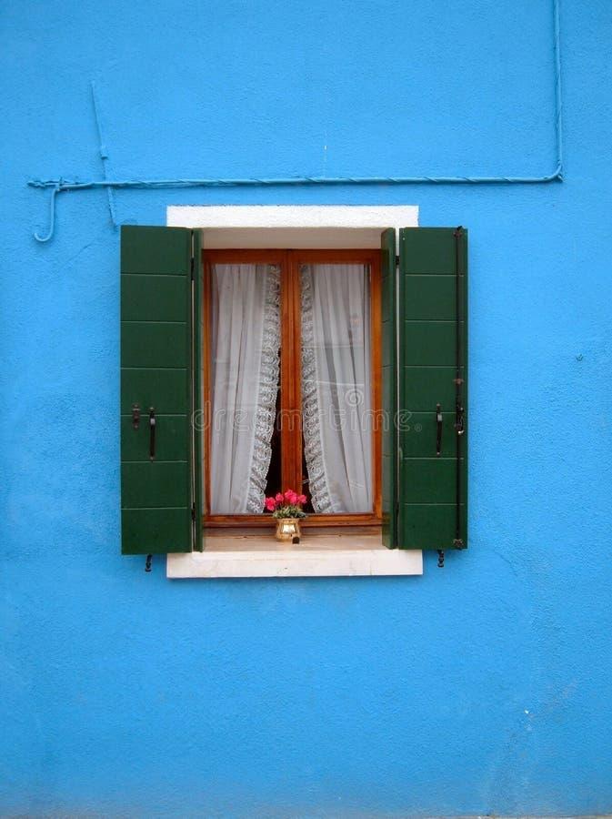 öppet fönster för buranoö royaltyfria foton