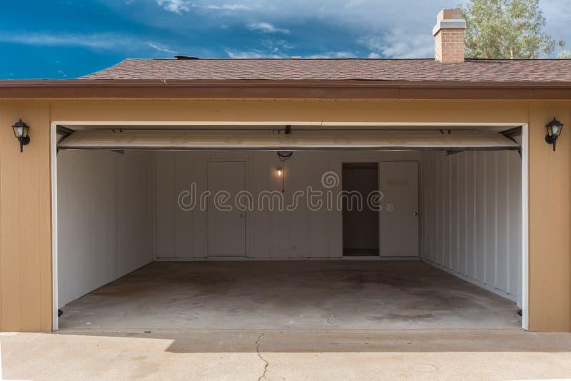 öppet garage royaltyfri foto