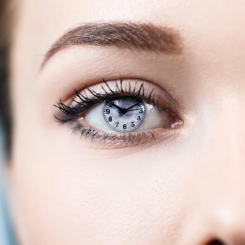 Öppet kvinnliggrå färgöga med makeup royaltyfria bilder