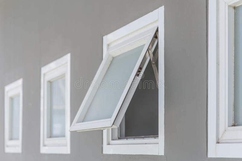 Öppet markisfönster arkivbild
