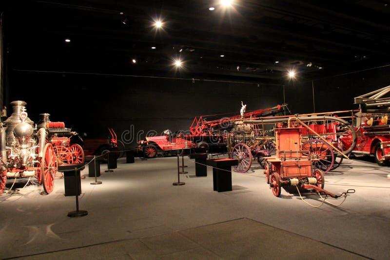 Öppet område med utställningen av gamla brandlastbilar, Albany statligt museum, 2016 arkivbild