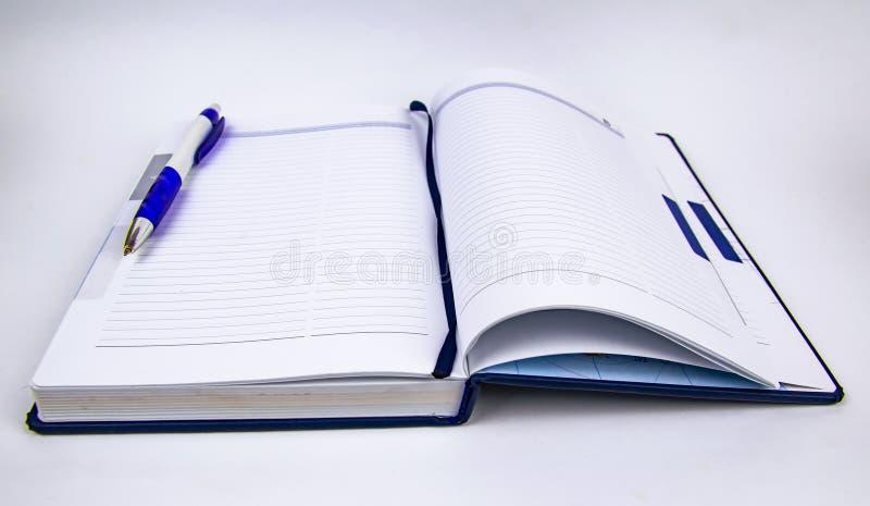 Öppet vecko med pennan på vit bakgrund arkivbild