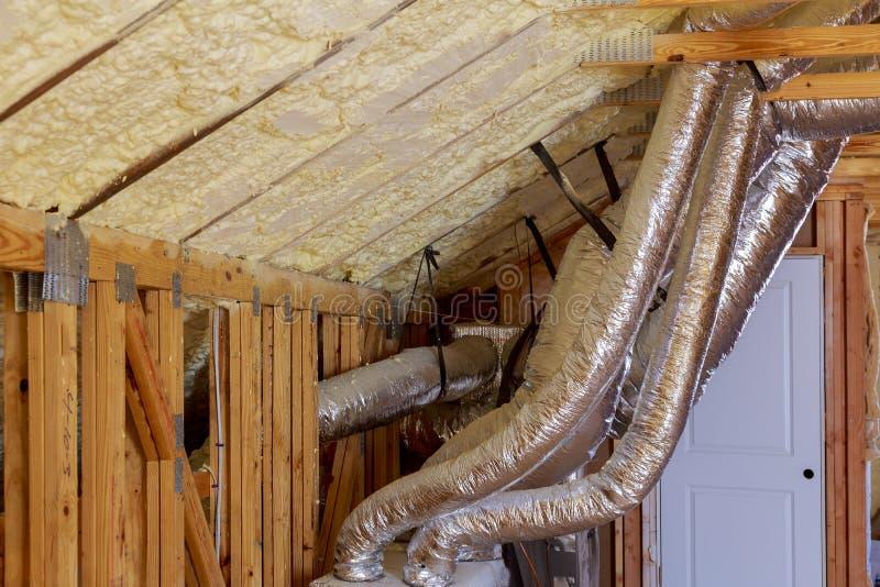 Öppna AC-uppvärmninglufthål och rör i tak av ny hem- konstruktion royaltyfri fotografi