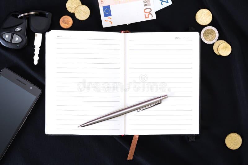 Öppna anteckningsboken på en svart bakgrund arkivfoto