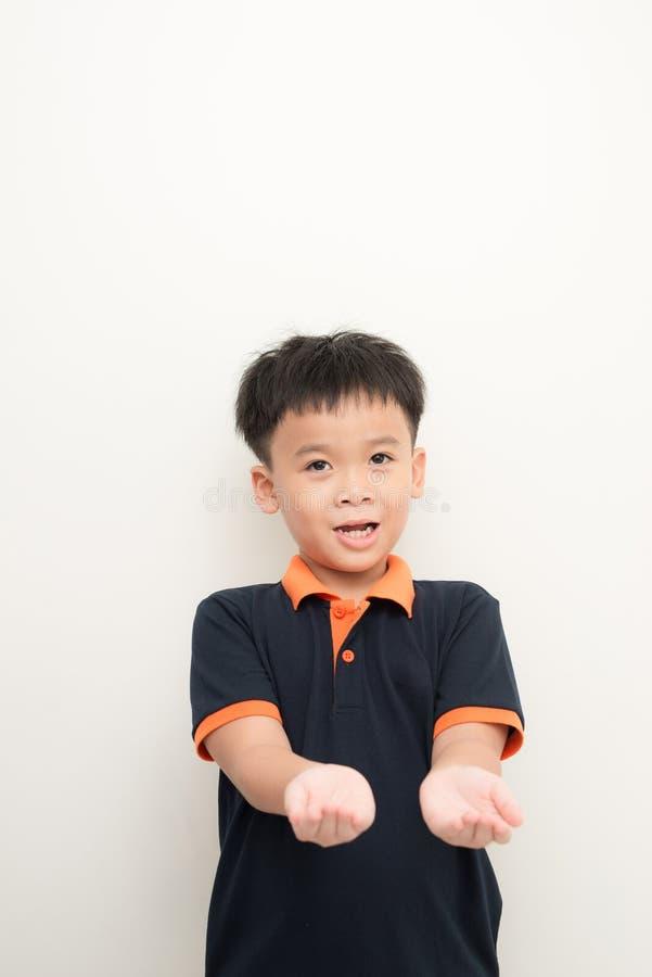 Öppna asiatiska ungar gömma i handflatan handgest royaltyfri foto