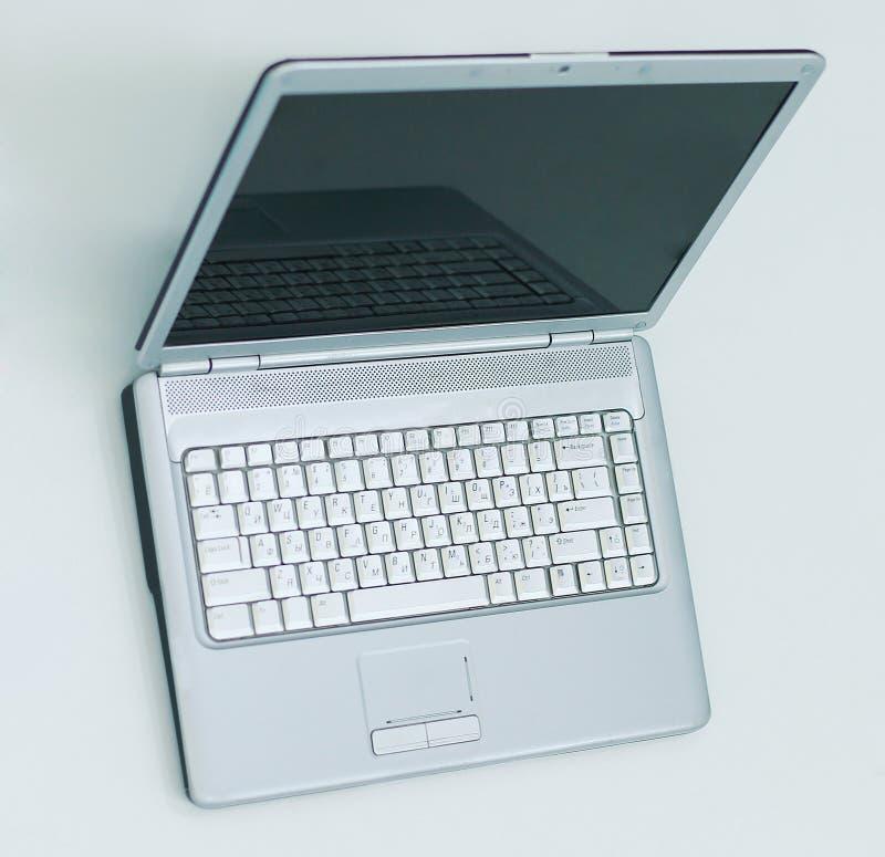 Öppna bärbar datordatoren och förbigå affärskortet på skrivbordet av en affärsman arkivfoton