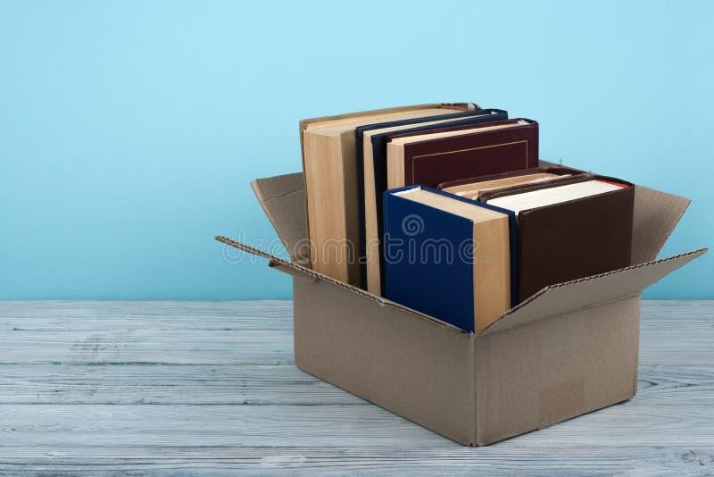 Öppna böcker på på trädäcktabellen och blåttbakgrund tillbaka skola till Utbildningsbegrepp med kopieringsutrymme för din annons royaltyfri fotografi