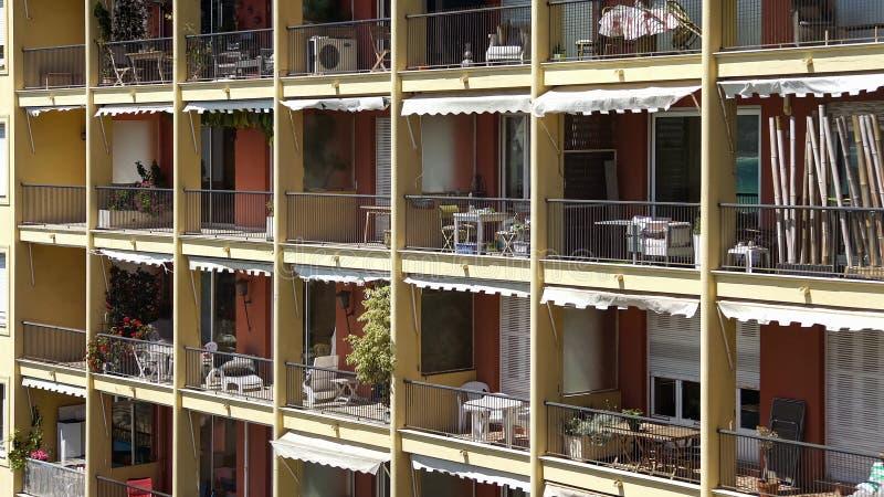 Öppna balkonger som skräpas ner med material, vandrarhem i det tropiska landet, rum för hyra arkivbilder
