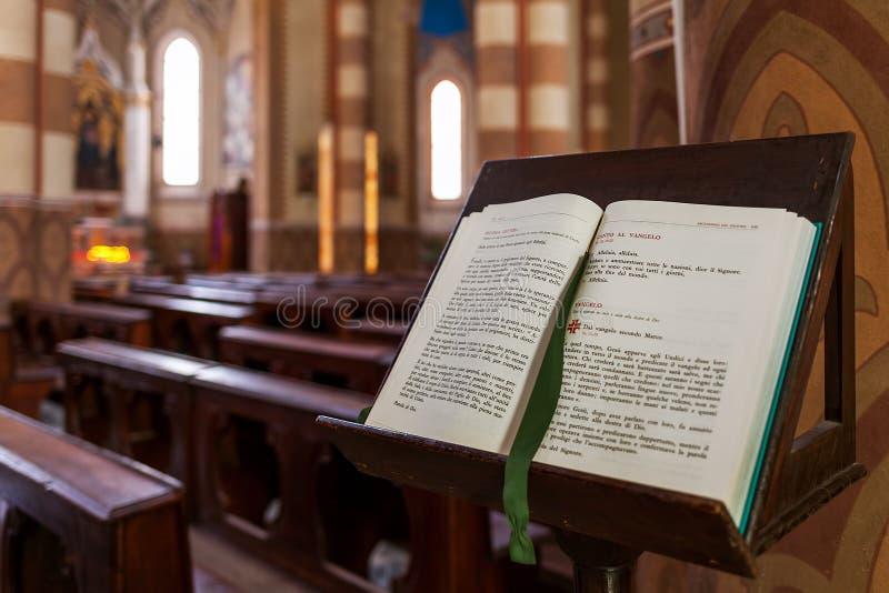 Öppna bibeln på ställningen inom San Lorenzo Cathedral royaltyfri bild