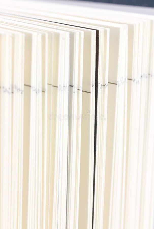 Öppna boken. arkivbilder