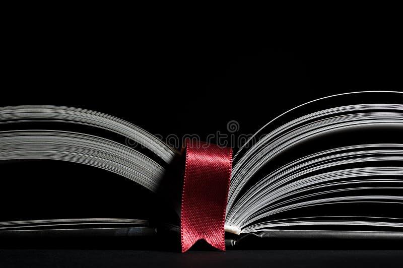 Öppna boken med den röda bokmärken royaltyfria bilder