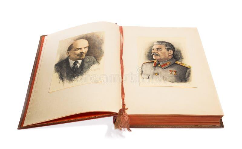 Öppna boken med en bild av Lenin och Stalin royaltyfria bilder