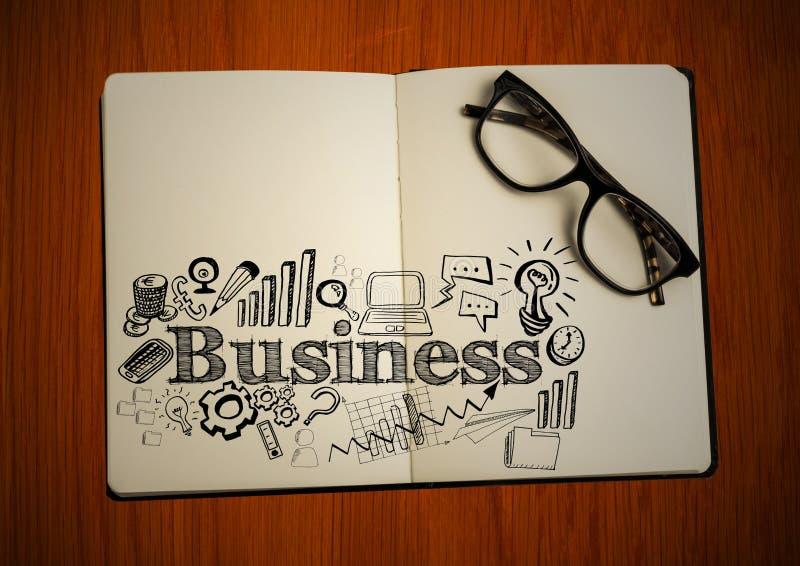 Öppna boken med exponeringsglas och svärta affärsklotter på tabellen royaltyfria foton
