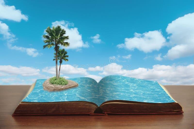 Öppna boken med havet och ön med palmträd royaltyfria foton