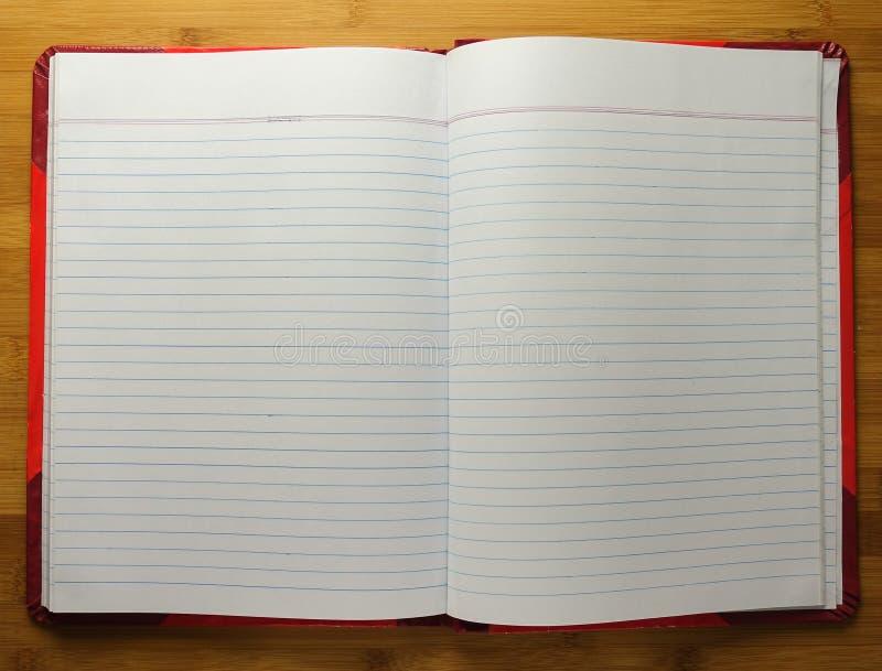 Öppna boken med tomma sidor på trätabellen arkivfoto