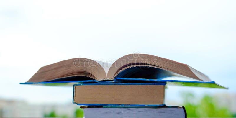 Öppna boken mot himlen Läsa på luften arkivfoton