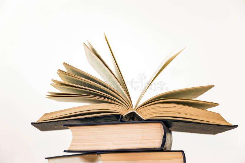 Öppna boken på en ljus bakgrund arkivfoto
