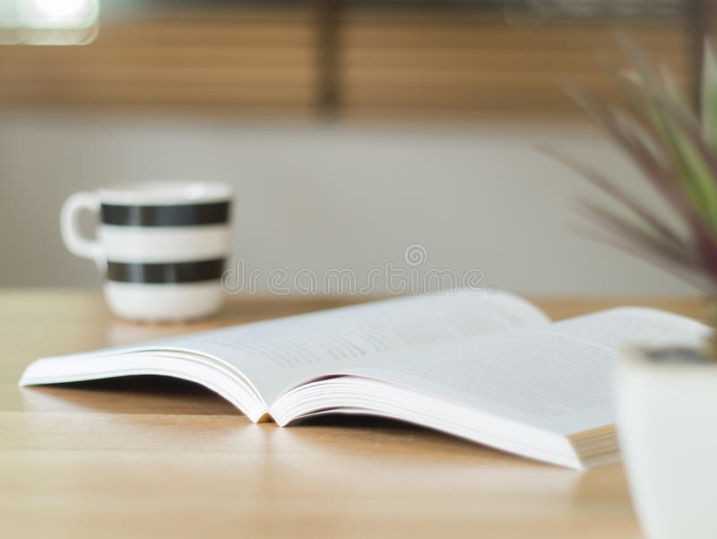 Öppna boken på skrivbordet royaltyfria foton