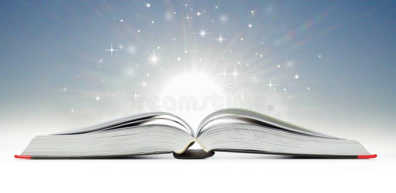 Öppna boken som sänder ut mousserande ljus royaltyfria foton
