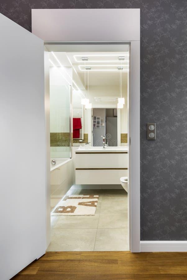 Öppna dörrar till det moderna badrummet royaltyfri bild