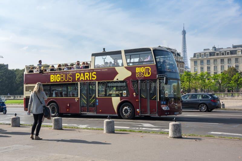 Öppna den bästa dubbeldäckarebussen i Paris arkivfoton