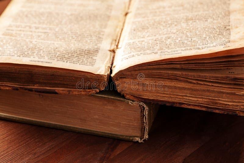 Öppna den gamla boken med sliten sidanärbild arkivfoto