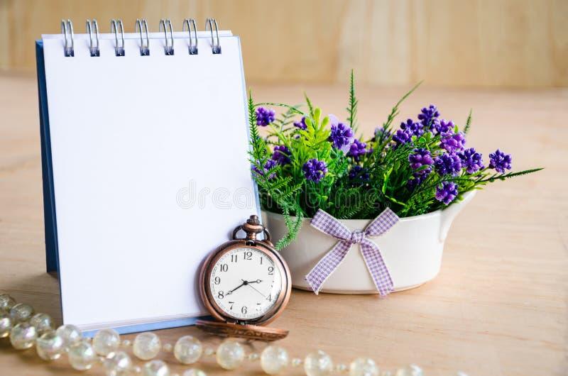 Öppna den tomma dagboken för din text och pocke royaltyfri foto