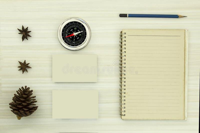 Öppna den tomma dagboken med blyertspennan och kompasset royaltyfria bilder