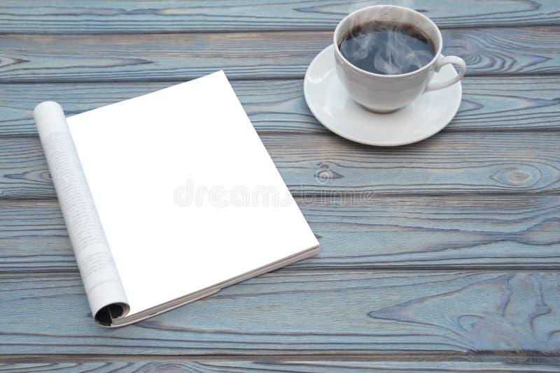 Öppna den tomma katalogen, tidskrifter, med kaffe arkivfoton