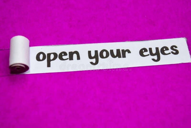 Öppna dina ögon smsar, inspiration, motivationen och affärsidéen på purpurfärgat sönderrivet papper fotografering för bildbyråer