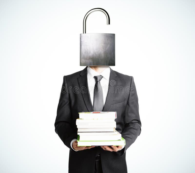 Öppna ditt meningsbegrepp med affärsmannen med böcker arkivfoto