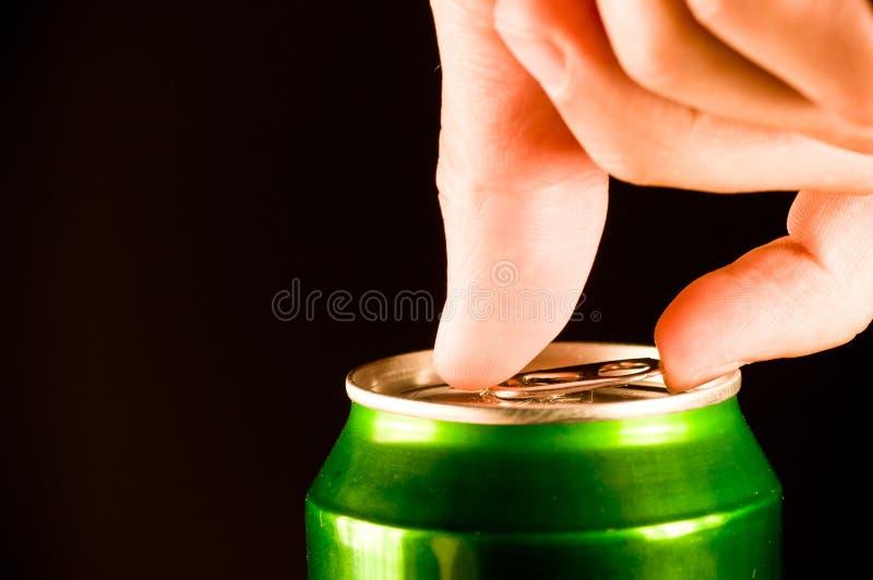 Öppna en can av öl royaltyfria foton