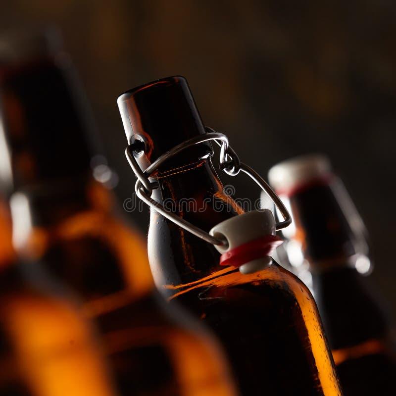 Öppna flaskan av öl med proppen arkivbild