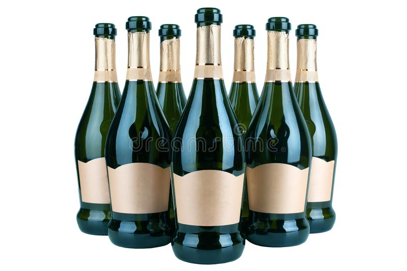 Öppna flaskor av champagne eller mousserande vin med den guld- etiketten i flera rader på vit bakgrund som tätt isoleras upp, ori fotografering för bildbyråer