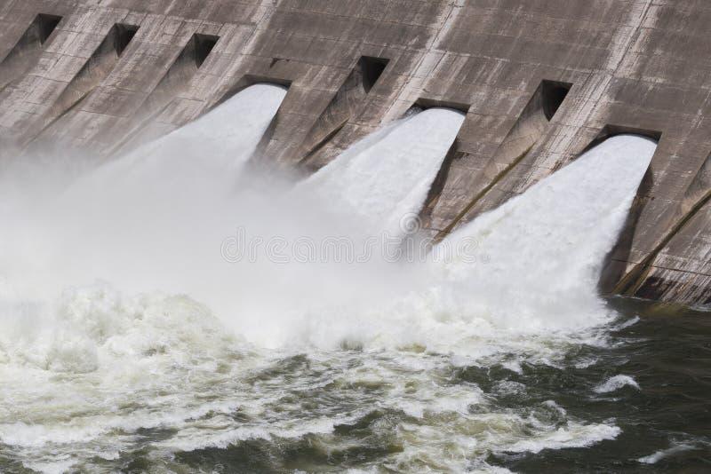 3 öppna flodportar som skapar mycket turbulent vatten arkivbilder