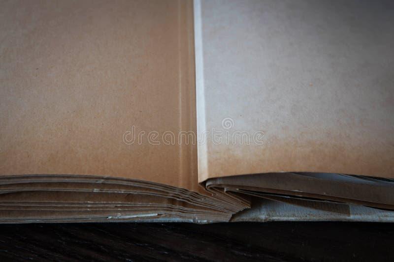 Öppna gamla böcker på träbakgrund, bästa sikt royaltyfria bilder