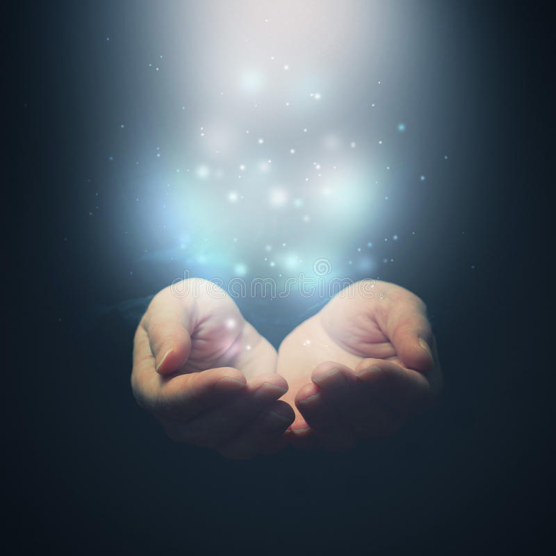 Öppna händer med magiska partiklar. Rymma ge sig som visar concep royaltyfria foton