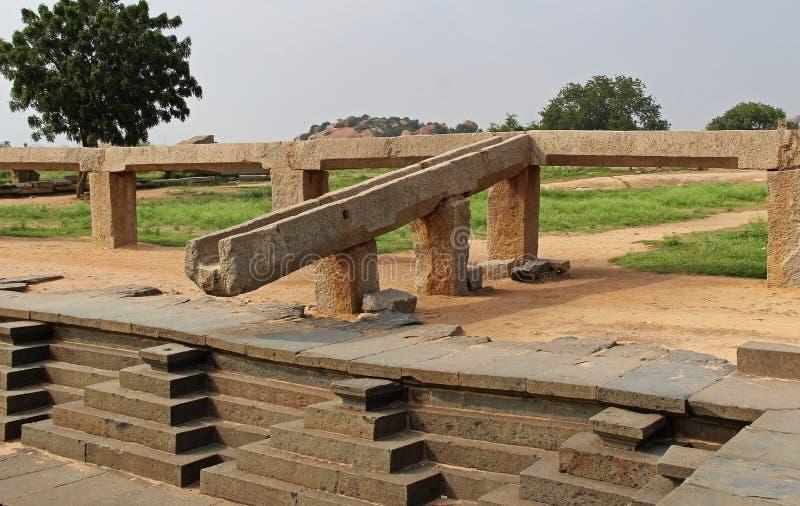 Öppna ho för vattenförsörjning från den Tungabhadra floden till behållaren Pushkarni, Hampi, Indien royaltyfri fotografi