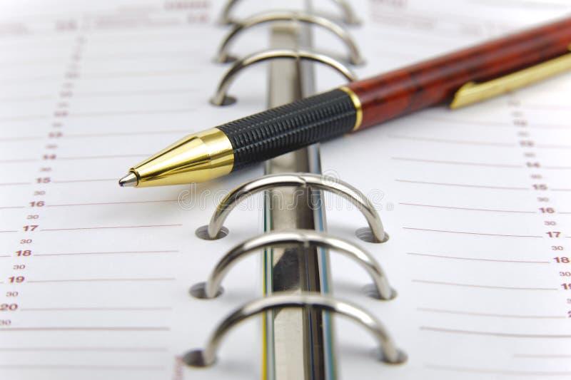 Download Öppna kalendern med pennan arkivfoto. Bild av cirkel - 37348182