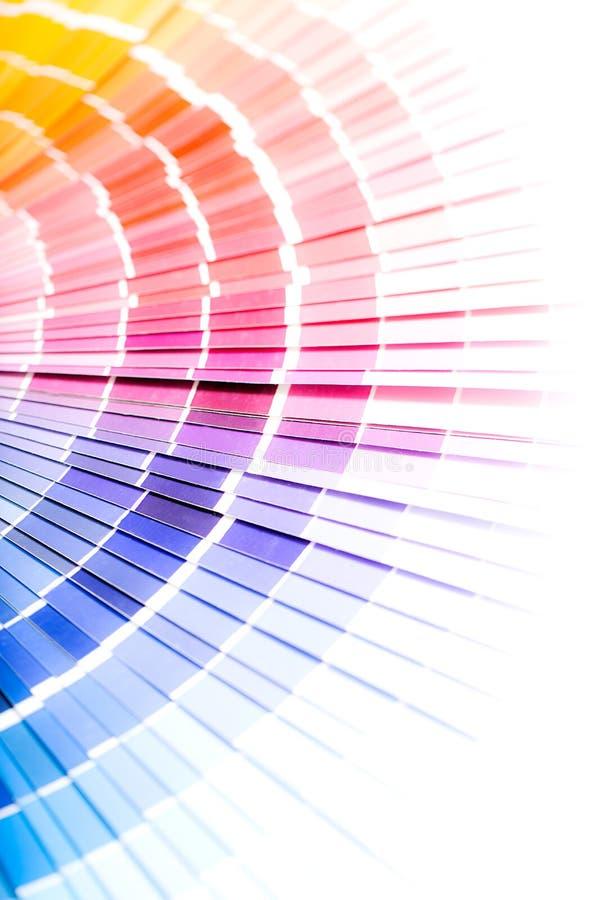 Öppna katalogen för pantoneprövkopiafärger arkivbilder